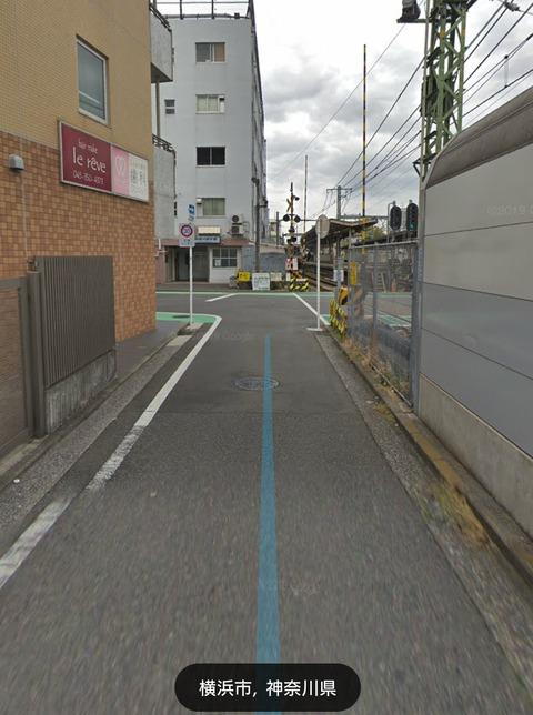 【京急脱線】レモントラック運転手、細い路地から踏切に右折→右折できず何度も切り返し→遮断機降りる→事故