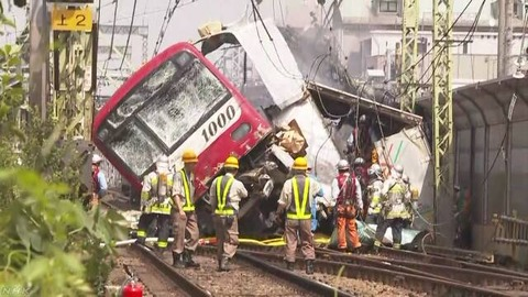 【速報】京急線、踏切でトラックと衝突して炎上&横転 36人ケガ1人心肺停止(動画とLIVEあり)