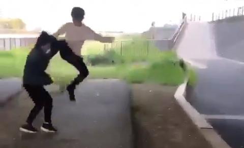 【速報】(衝撃イジメ動画あり)東京 女子中学生の首締め、跳び蹴り…ネット上に動画  これはマジで酷過ぎる!
