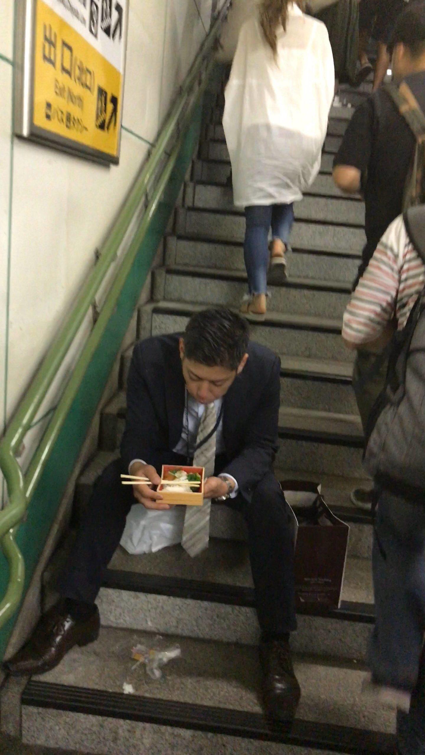 女さん「駅で弁当食べてる人がいた。信じらんない!」パシャ!